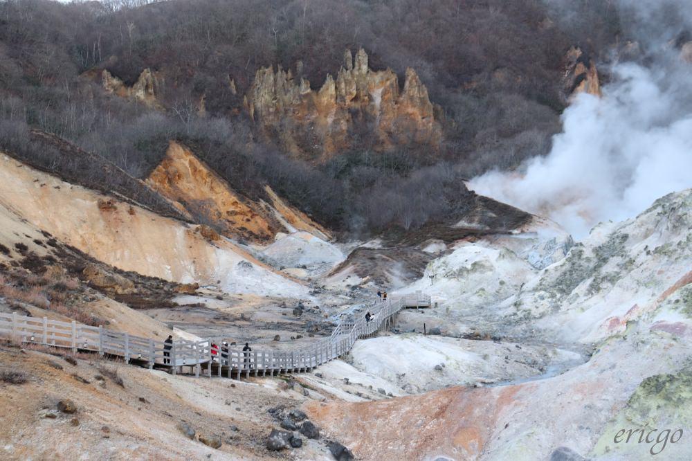 北海道、登別|登別地獄谷 – 鐵鏽般的大自然色彩,冒著白色煙霧的地獄溫泉景觀