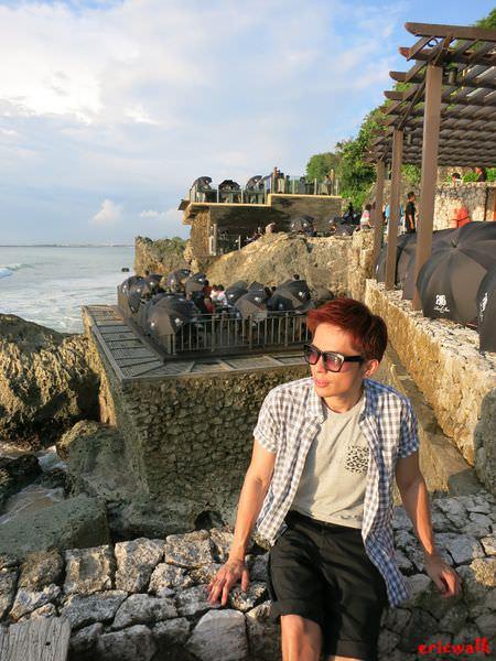 [峇里島] 金巴蘭Ayana渡假村內的Rock Bar  – 坐落於岩石峭壁上,打著洋傘聽海、欣賞醉心日落海景的酒吧